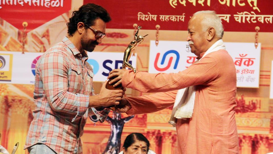 After 16 years Aamir attends award function, felicitated by Mohan Bhagwat (RSS chief )