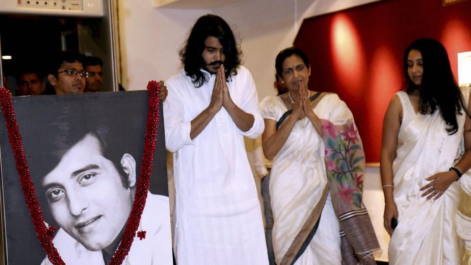 Vinod Khanna's prayer meet: Amitabh Bachchan, Shah Rukh, Aamir, Hrithik