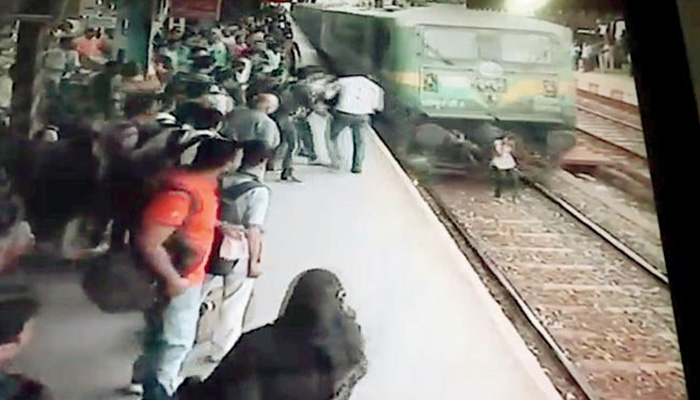 Mumbai: Girl wearing headphones keep running by via train in Kurla, what happened a short time later will abandon you STUNNED