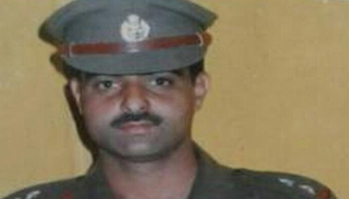 Srinagar crowd strips Senior Police Officer Naked, stones him to death outside Jamia Masjid