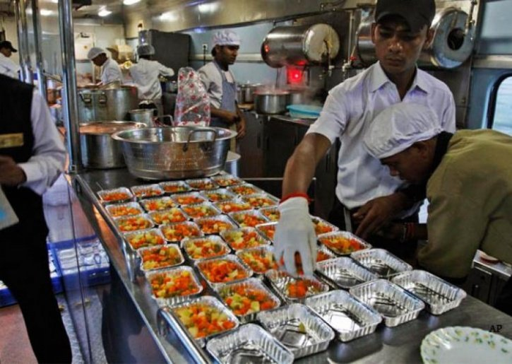 Food Served By Indian Railways Is Not Suitable For Humans, claims a CAG Report