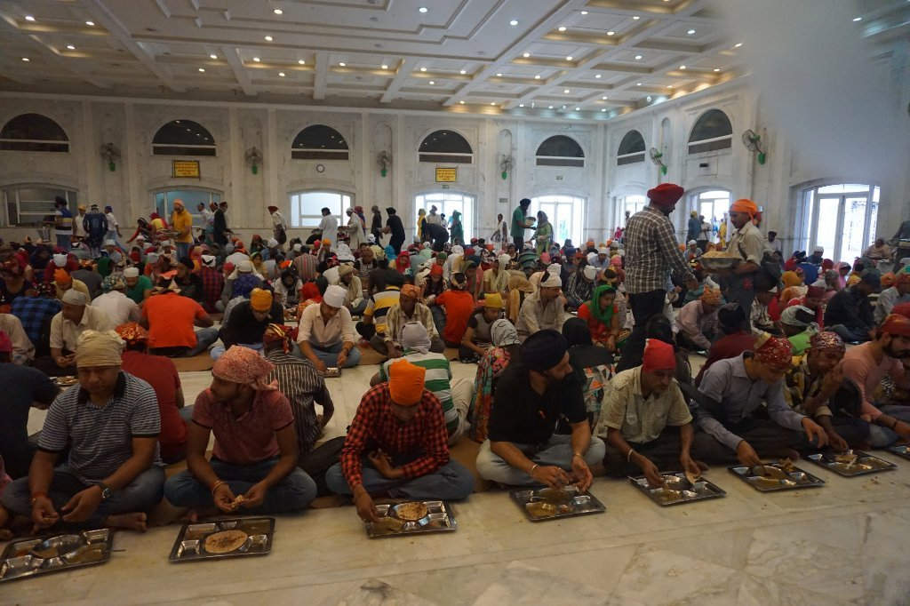 Bangla Sahib Gurdwara Is Feeding Protesting Tamil Nadu Farmers