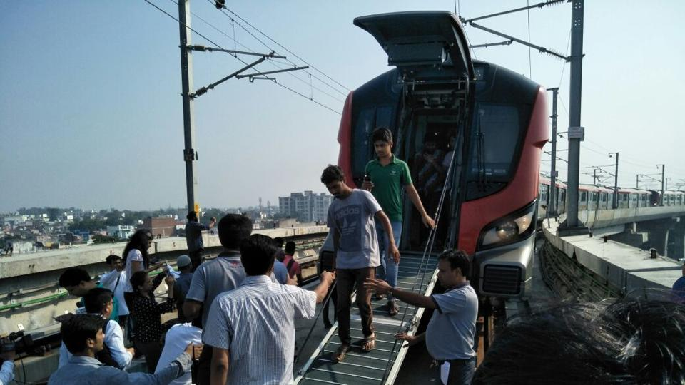 Snag hits Lucknow Metro on first day