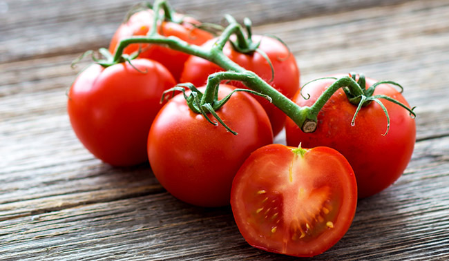 How To Use Tomatoes To Keep Your Skin Fresh This Summer