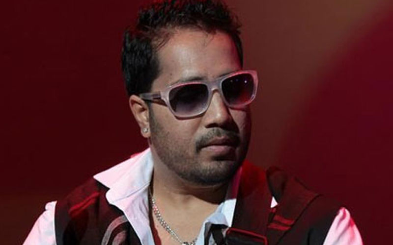 Mika Singh robbed of Rs 3 lakh, police suspect his close aide