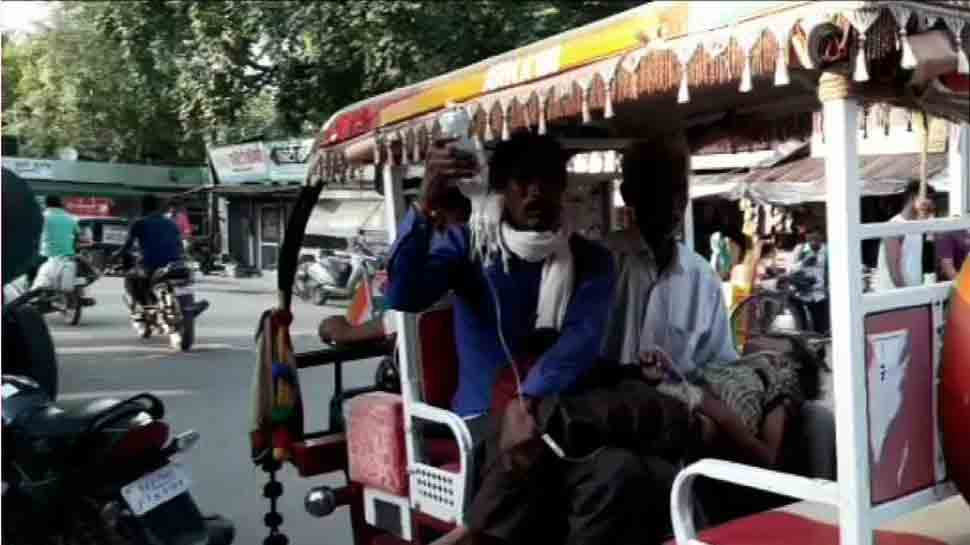 Man carries son in e-rickshaw due to unavailability of ambulance