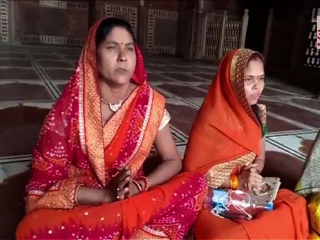 Women enter Taj Mahal mosque, perform puja
