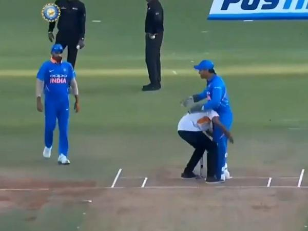 MS Dhoni fan-dodge moment: Twitter goes berserk as Thala plays hide and seek with intruder on pitch