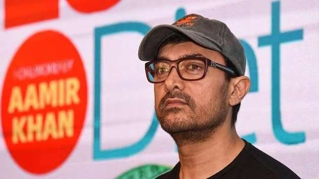 Aamir Khan travels economy, leaves a planeload of passengers surprised. Watch video