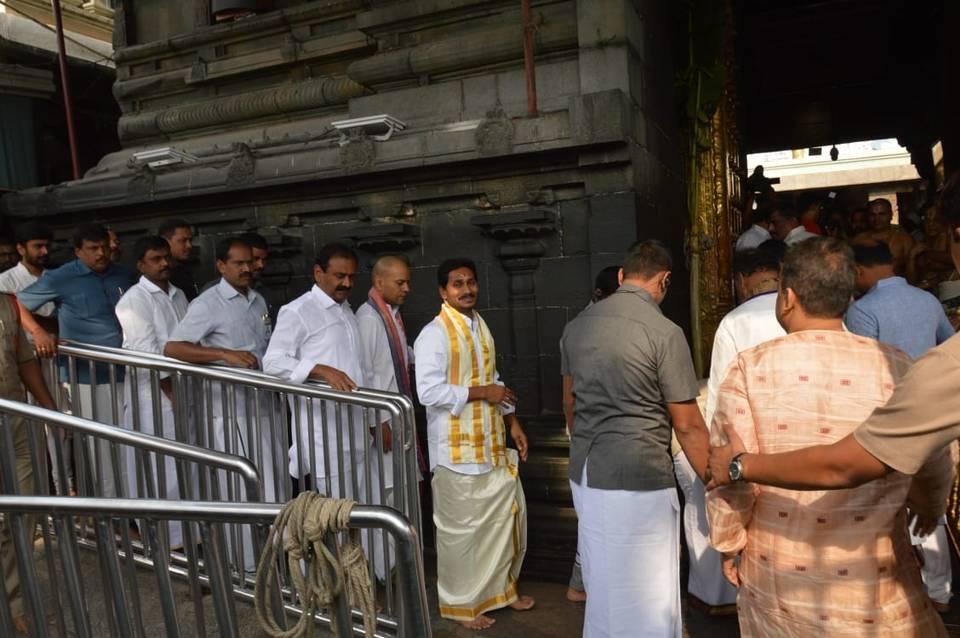 Jagan Mohan Reddy stands in queue, prays at Tirumala
