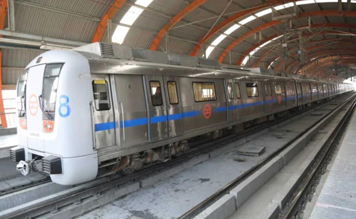 Security Personnel Return Bag With Rs. 1 Lakh Left By Delhi Metro Commuter