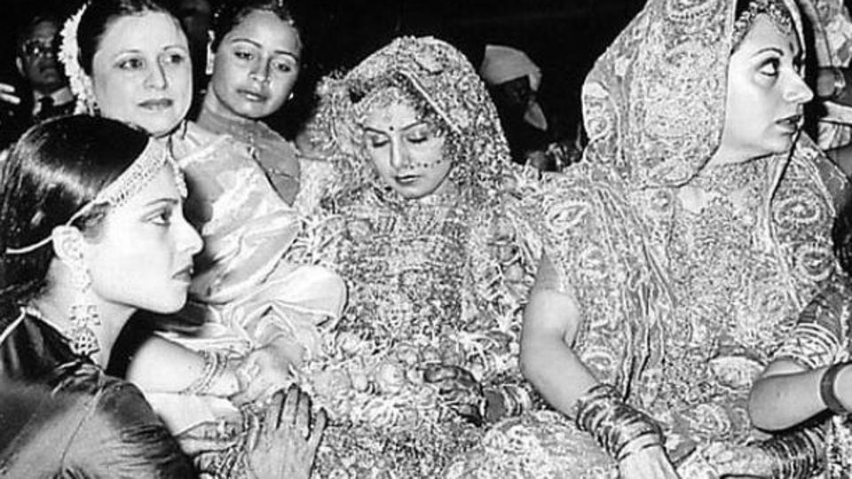 Can you spot Rekha and Karisma in this throwback pic from Rishi Kapoor and Neetu's wedding?