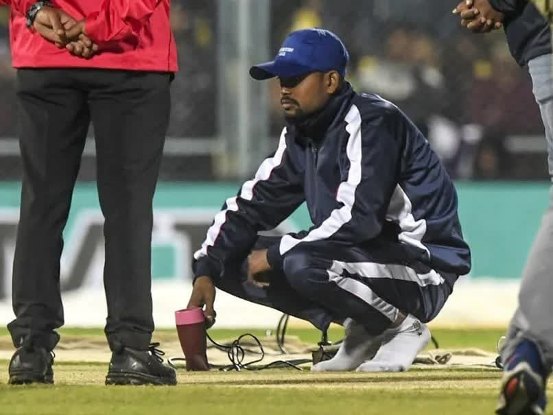 India vs Sri Lanka 1st T20I: Use Of Hair Dryer On Damp Pitch In Guwahati Evokes Funny Reactions From Fans