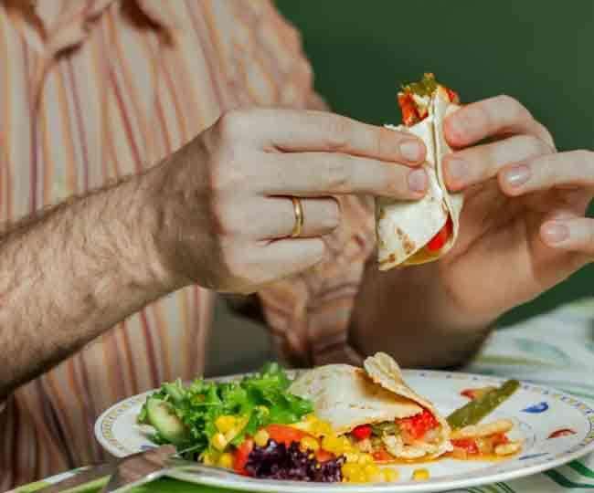 खाने का कौन-सा तरीका है नुकसानदेह, शास्त्रों में भोजन को लेकर क्या दी गई है हिदायत