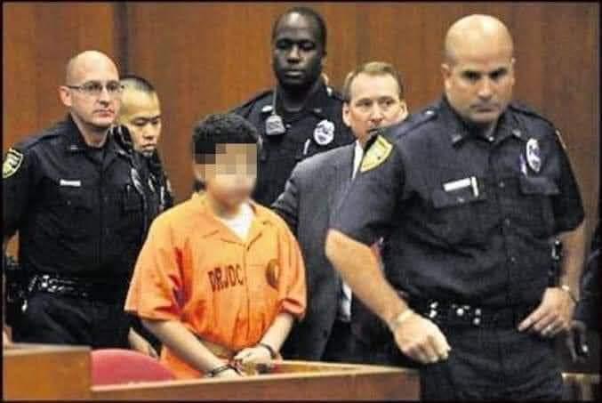 मामला फ्लोरिडा का है।  जहाँ एक पंद्रह साल का लड़का स्टोर से चोरी करता हुआ पकड़ा गया