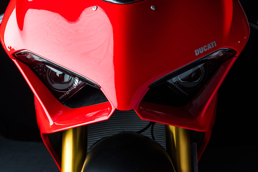 The headlights of the Ducati Panigale V4 have an aggressive shape.