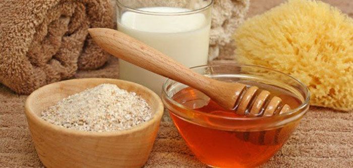 1. Honey, oatmeal and milk face mask nourishes, moisturizes and prevents excess oil secretion that can lead to acne.
