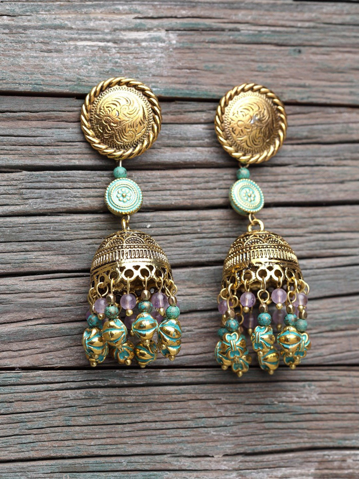 1. Jhumkas go well with every type of outfit.