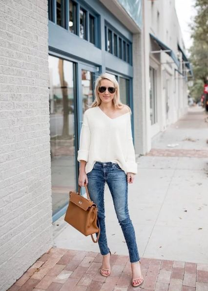 1. Don an off-shoulder look by teaming it up with classic blue jeans and trendy accessories.