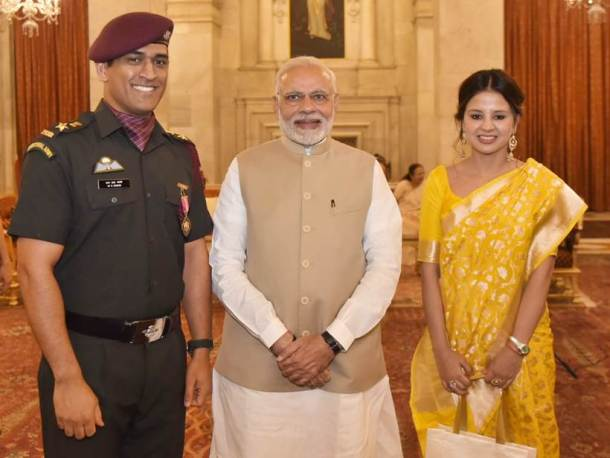 Mahendra Singh Dhoni and his wife Sakshi Dhoni were seen posing with Prime Minister Narendra Modi at Rashtrapati Bhavan.
