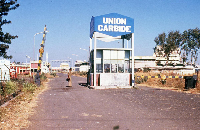2.In December 1984, the entrance to the U.S.-owned Union Carbide plant in Bhopal, shortly after the release of poisonous gas. #