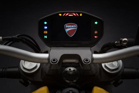 Monster 821 में टेस्टाट्रेटा L-ट्विन इंजन दिया गया है जो 9,250 rpm पर 108 bhp का पावर और 7,750 rpm पर 86 Nm का पिक टॉर्क जेनरेट करता है.