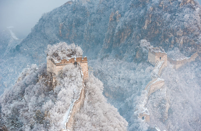 3.A section of the Great Wall near Beijing in winter.