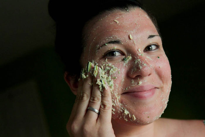 3. Cucumber and oatmeal face mask removes excess oil from the skin.