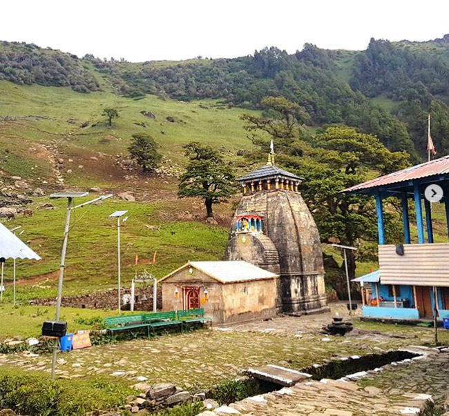 Madhyamaheshwar Mandir Lord Shiva's stomach is worshipped in Madhyamaheshwar Mandir by devotees. It is situated at an altitude of 3200 m above sea level. The temple is surrounded by the snow-covered Himalayas from one side and alpine green meadows from the other.