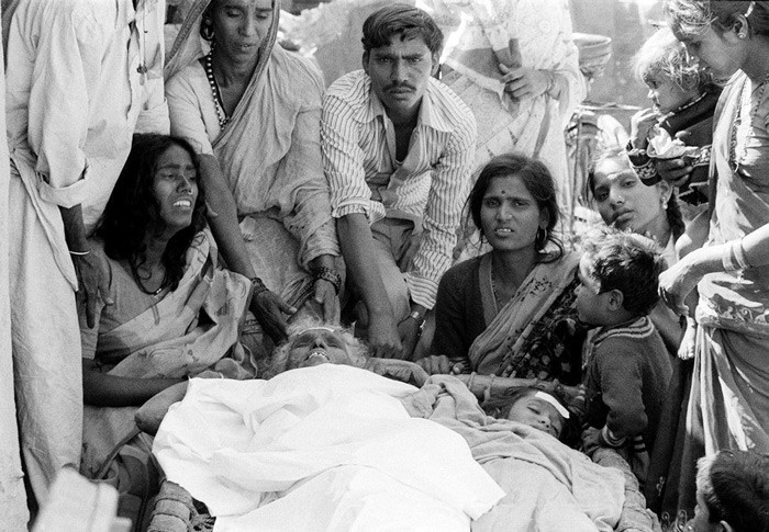 5.A photo from December 4, 1984, shows relatives surrounding victims of the Bhopal tragedy. #