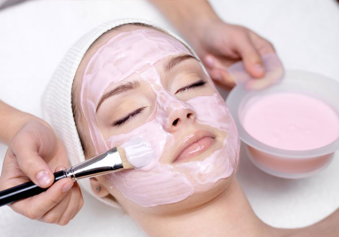 5. A combination of yoghurt and strawberry can get rid of dead skin along with hydrating and removing excess oil from the skin.