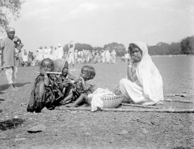 Group of women and children, probably on the Maidan, Kolkata. The group may be pilgrims from outside Bengal.