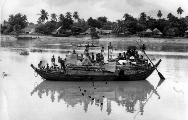 During the partition, refugees try to flee in a boat from East Pakistan, trying to enter West Bengal