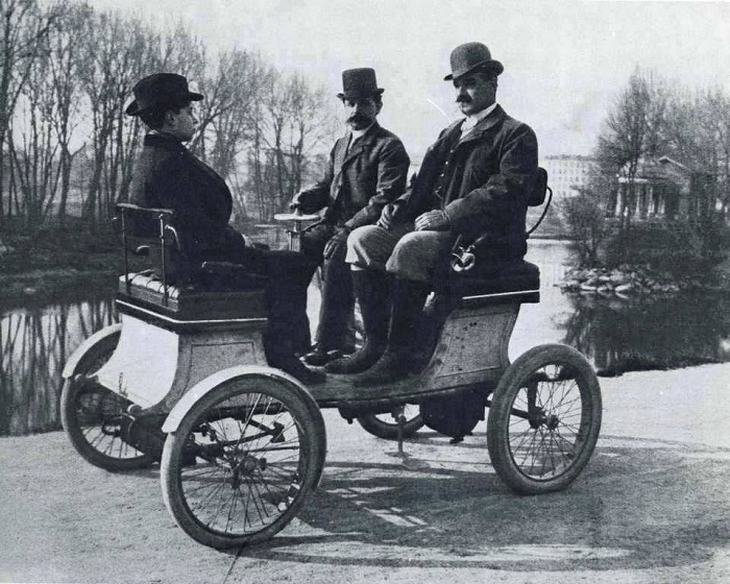 A vehicle from 1900.