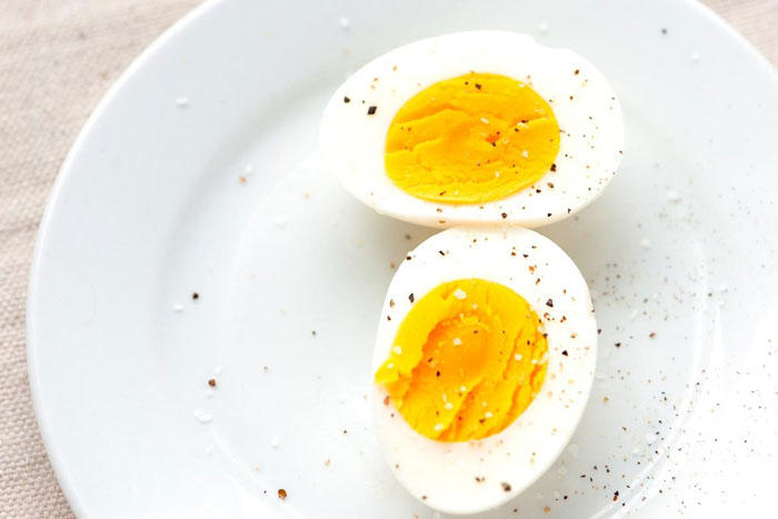 4. A healthier alternative to bread-omelettes is hard boiled eggs.