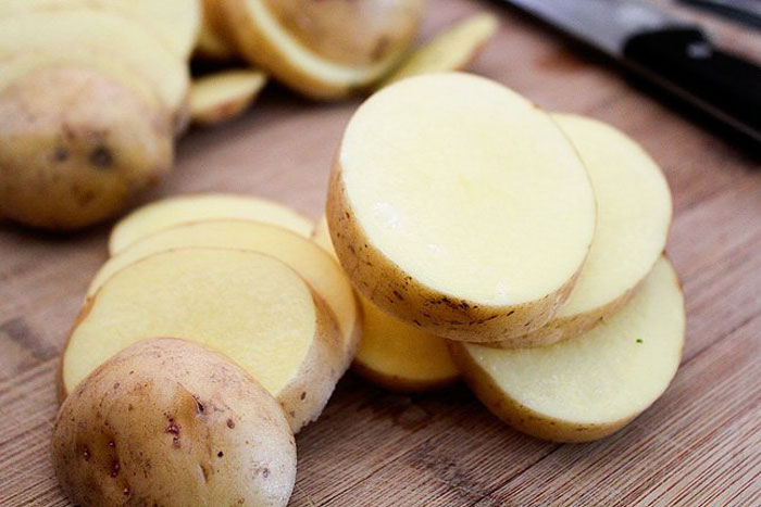 10. Rubbing a slice of potato on your armpits helps in controlling perspiration and lowers the pH level of your skin which in turn eliminates odor causing bacteria.