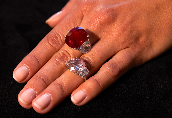 "The ""Sunrise Ruby"" (top) a Burmese ruby weighing 25.59 carats, and the ""Historic Pink Diamond"", a Fancy Vivid diamond weighing 8.72 carats - The ruby is expected to sell between US $ 12,000,000 to 18,000,000 and the diamond US $ 14,000,000 to 18,000,000."