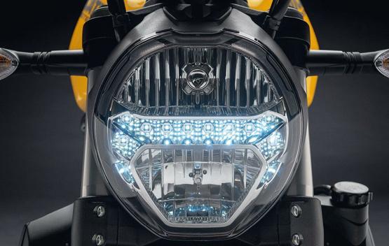 बाइक में ब्रेक्स की बात करें तो नए Monster 821 के फ्रंट में ट्विन 320 mm डिस्क के साथ ब्रेम्बो मोनोब्लॉक M4.32 कैलिपर