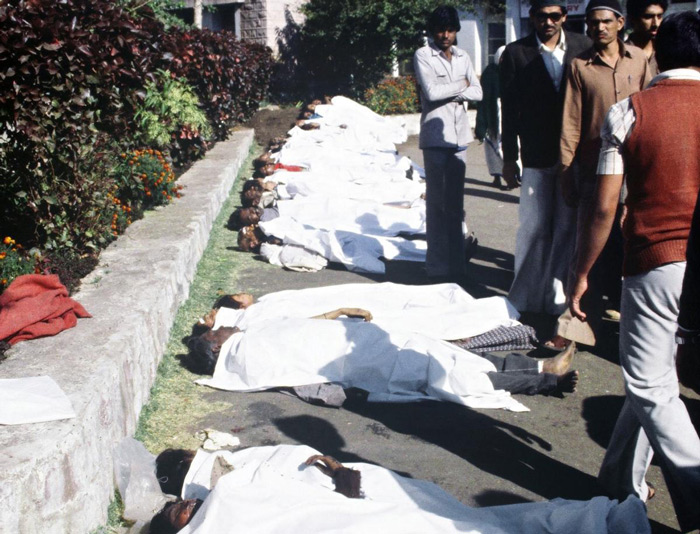 7.This photograph taken on December 17, 1984, shows bodies of victims lined up following a poison gas leak which killed thousands from the Union Carbide factory in Bhopal. #
